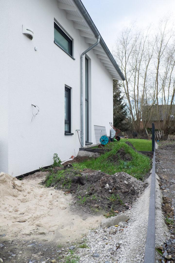 Mutterboden- und Bauschuttlager hinter dem Haus